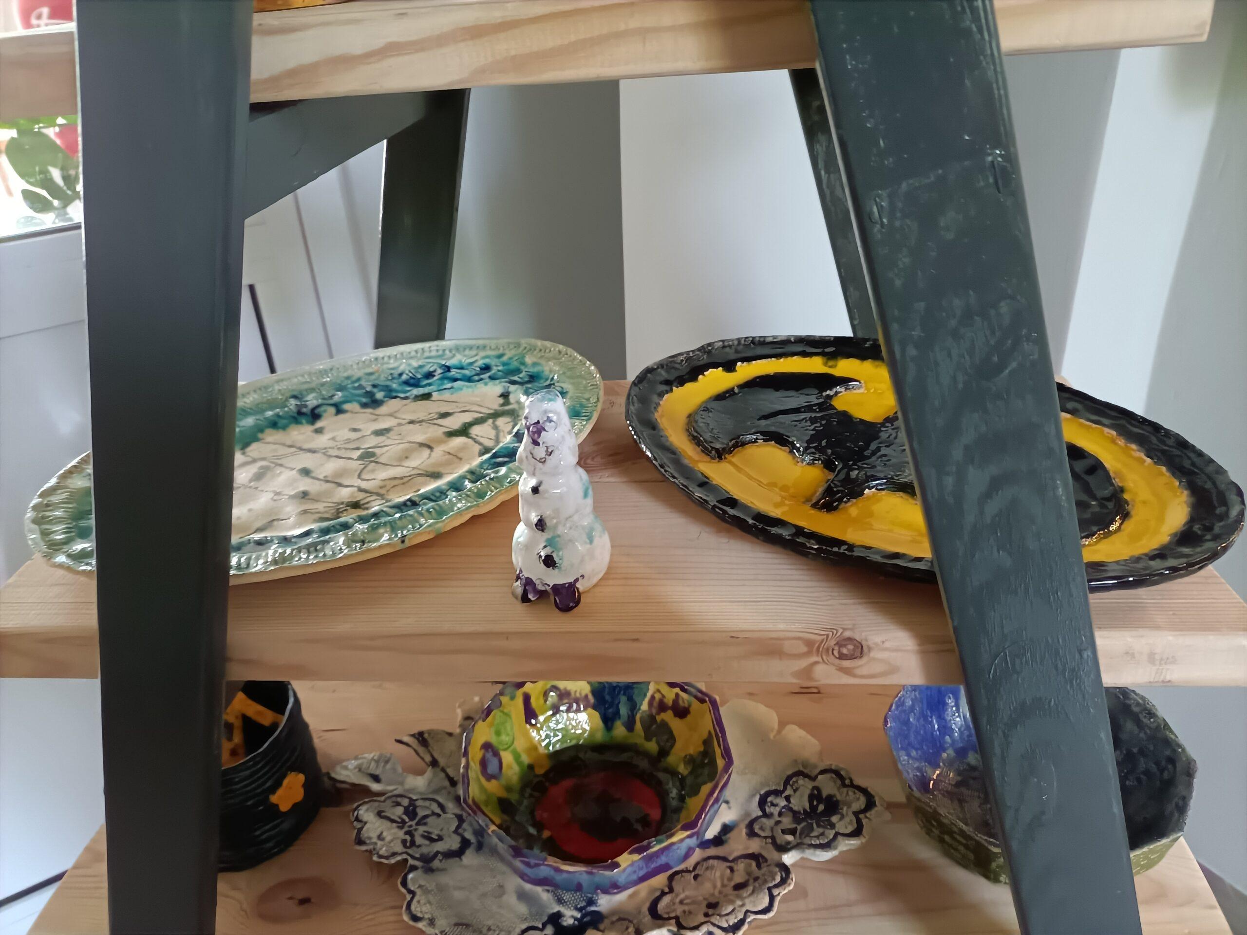 Dzieła z gliny dwa talerze i miska
