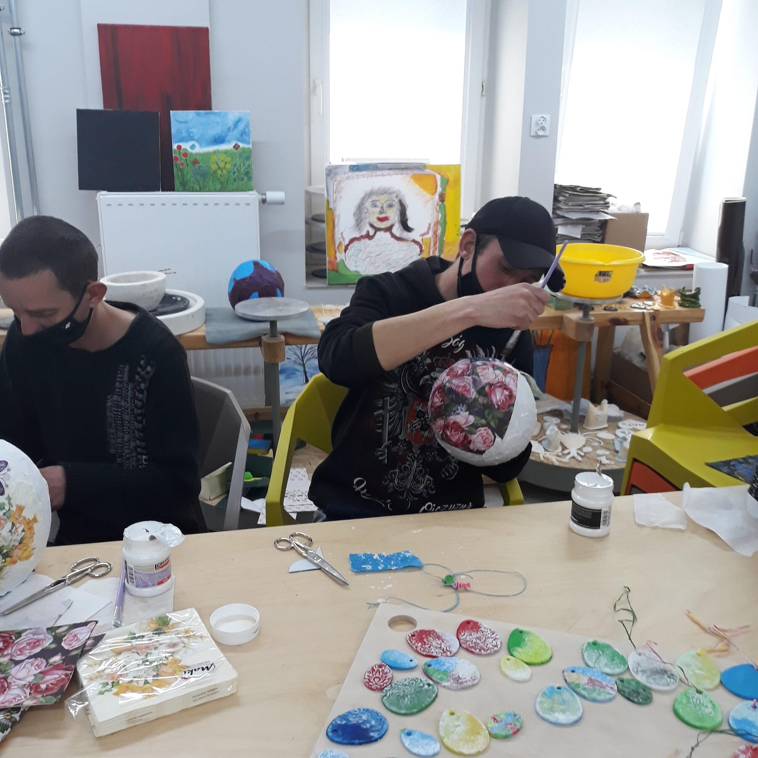 Uczestnicy projektu Centrum Kompetencji na zajęciach z Arteterapii