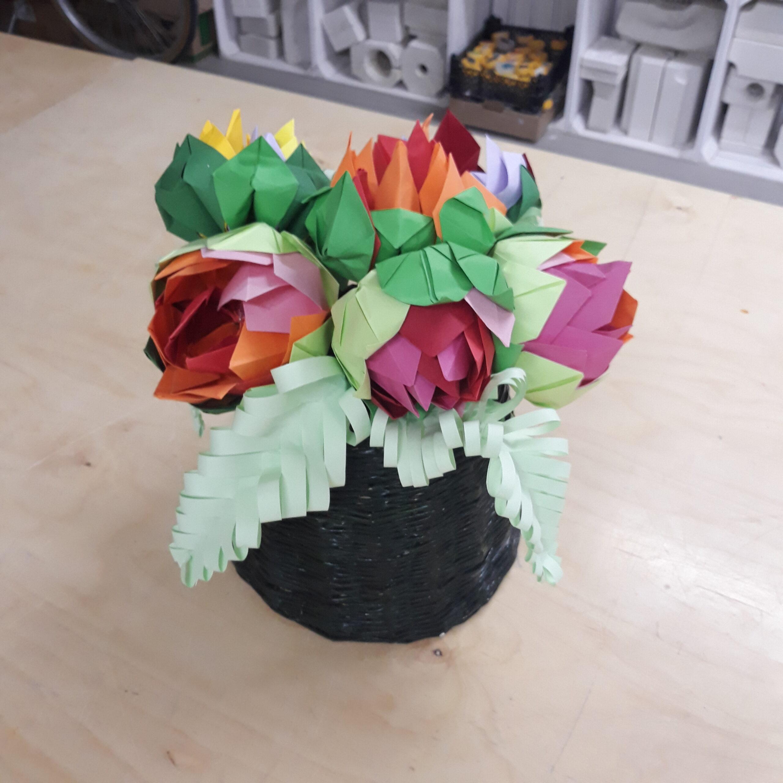 Papierowe kwiaty w wazonie z papierowych rurek