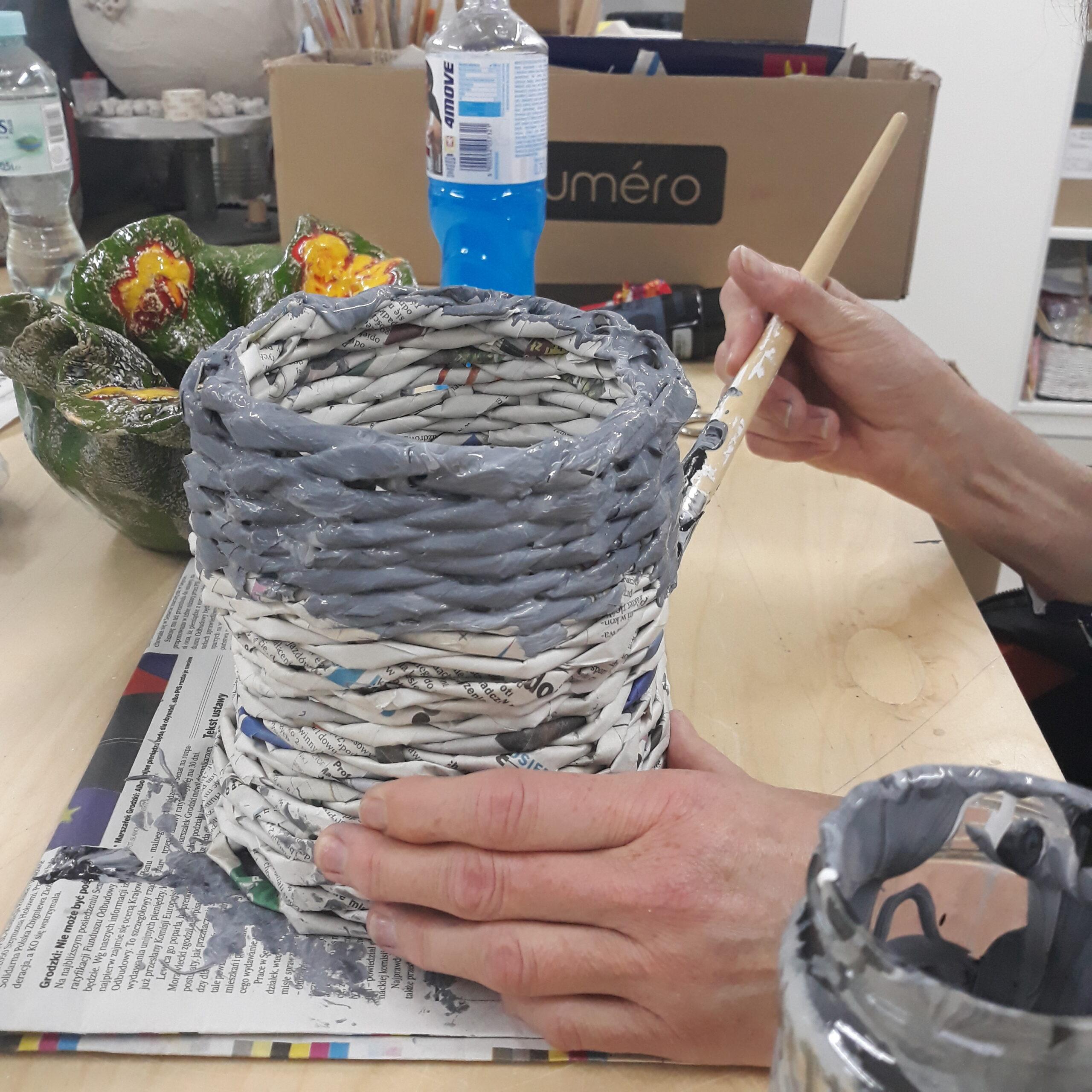 Szary koszyk z papierowych rurek