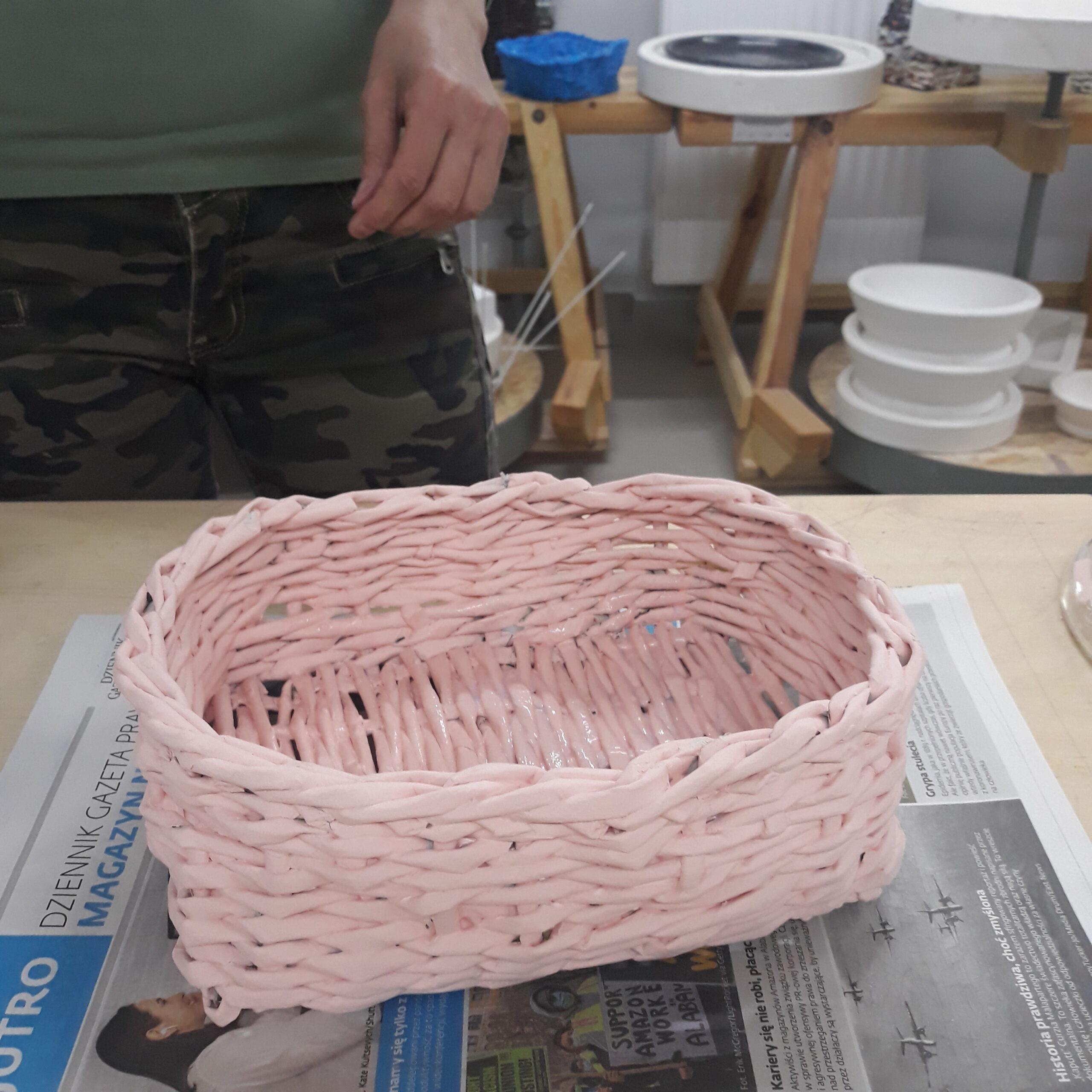 Różowy koszyk z papierowych rurek