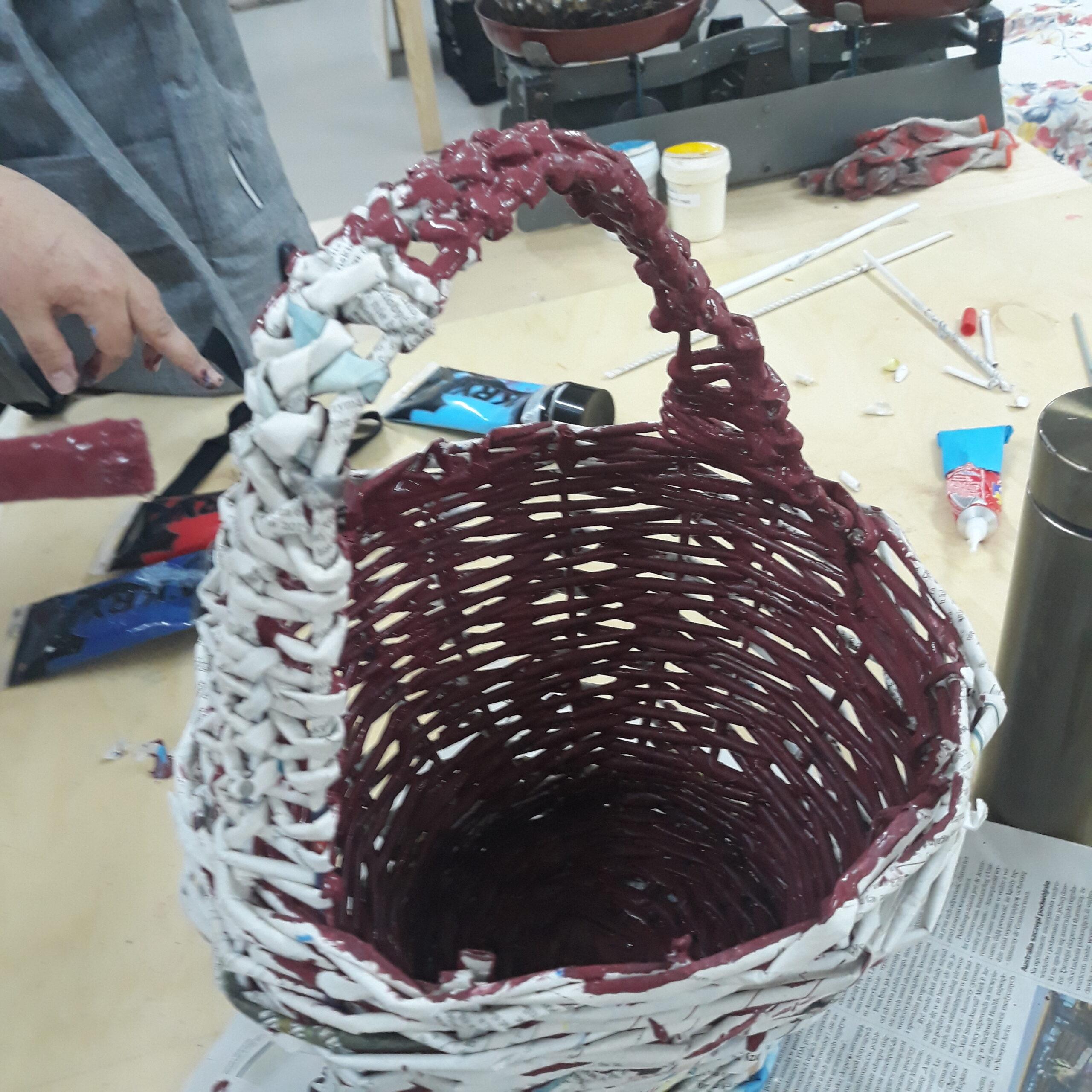 Brązowy koszyk z papierowych rurek