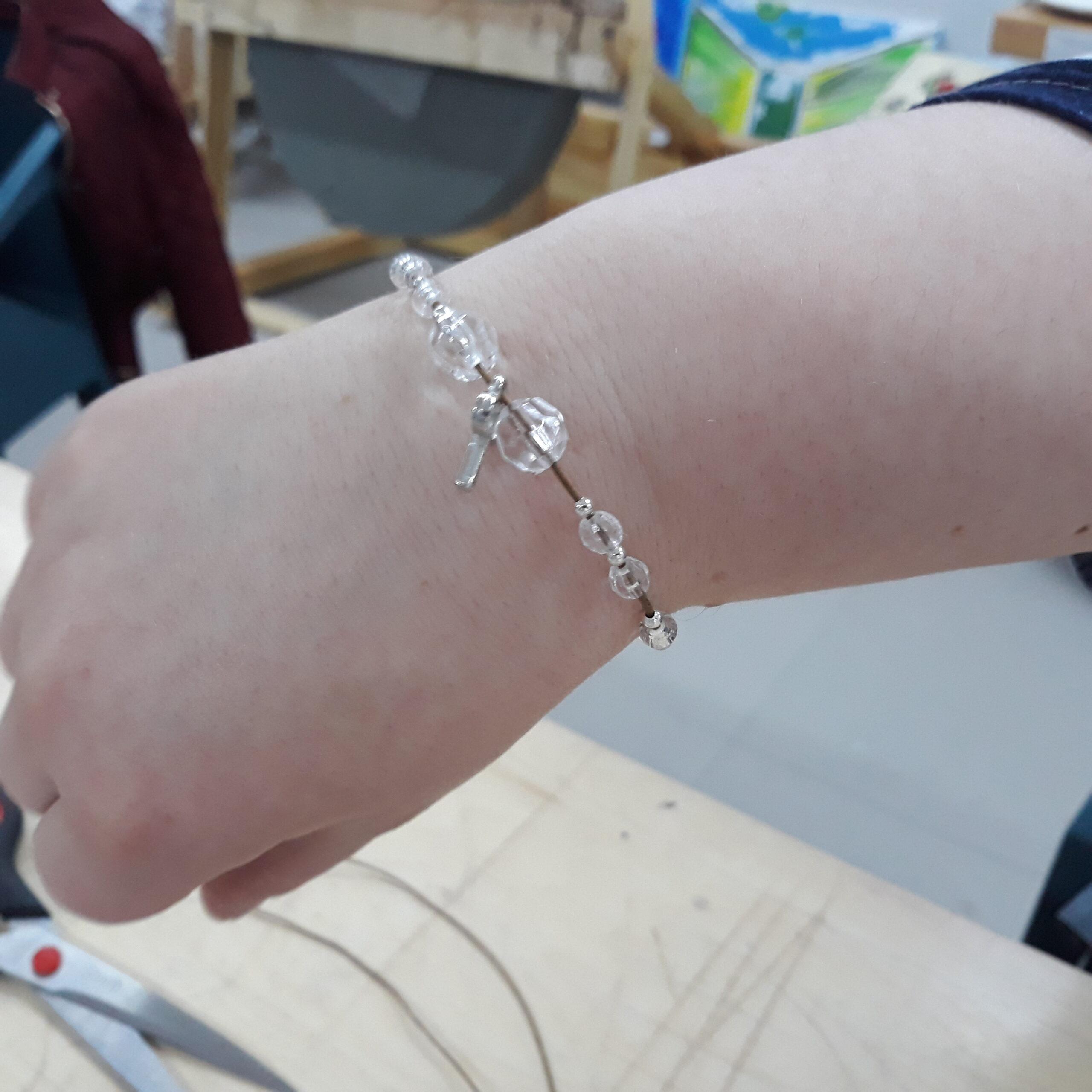 Bransoletka na ręce wykonana przez uczestnika