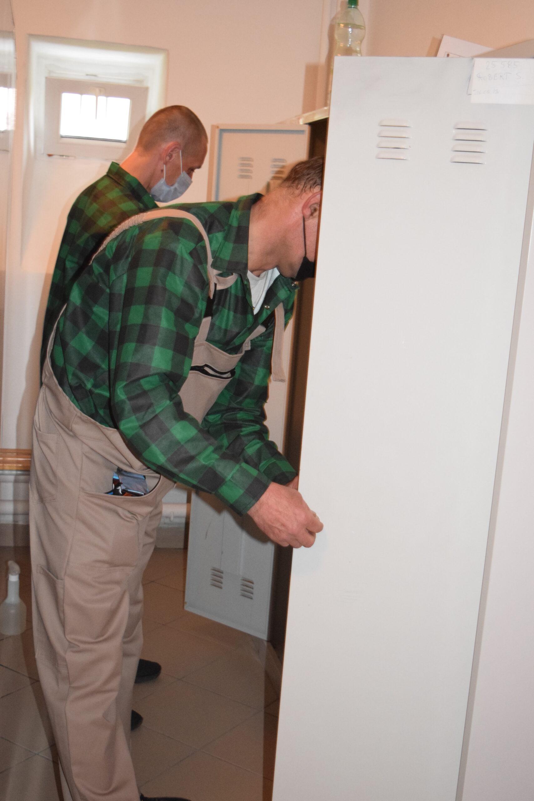 Uczestnicy wymieniają zamek w drzwiach szafki