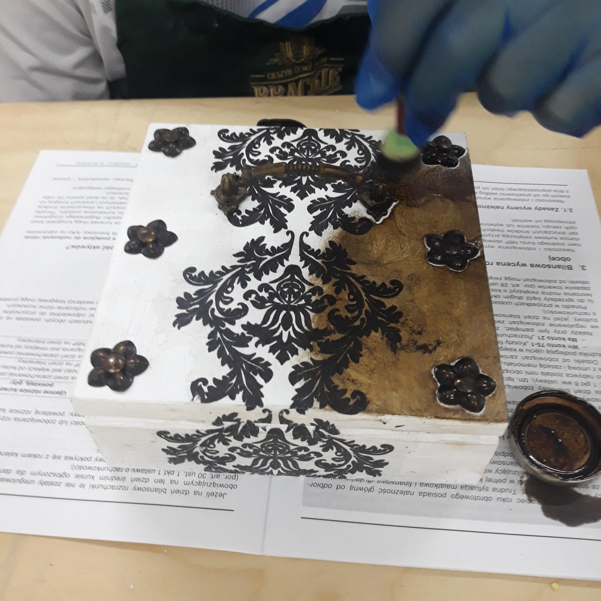 Pudełko ozdobione przy pomocy decoupage